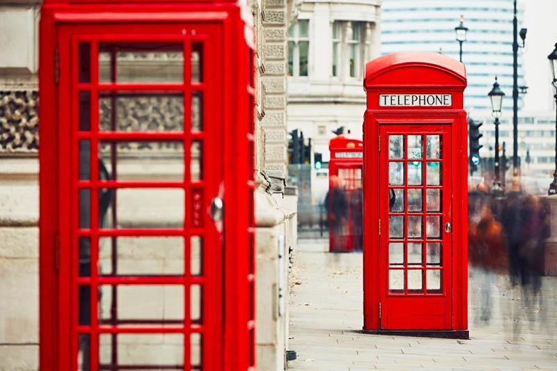 Obrazek przedstawiający budki telefoniczne w Anglii