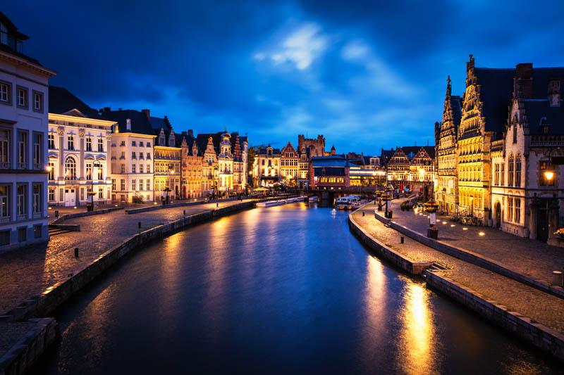 Obrazek przedstawiający Belgię nocą