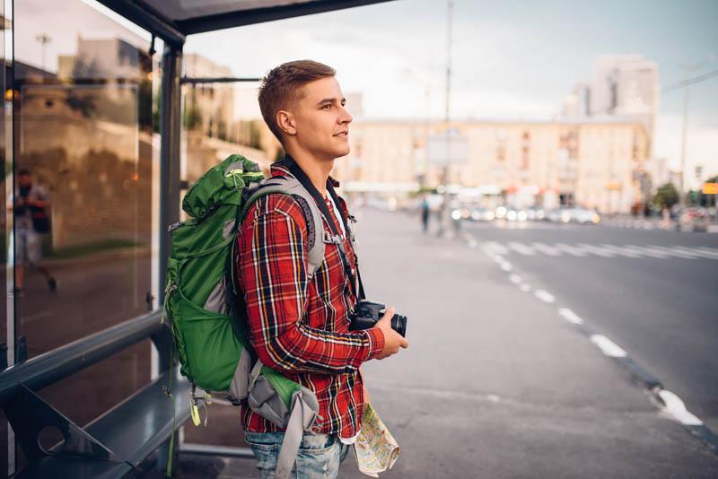 Pasażer oczekujący na busa pod wskazany adres w Szwajcarii