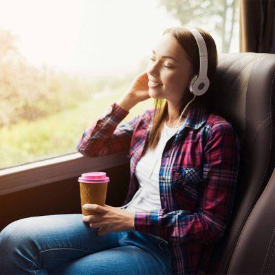 kobieta słuchająca muzyki w busie